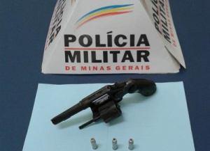 Acusada estava com uma arma calibre 32 na cintura e três munições.