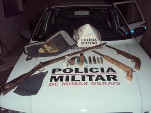 Material apreendido pela PM: três armas e munições.