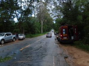 Dois ocupantes ficaram presos na cabine, mas foram socorridos por uma ambulância de São João do Manhuaçu.