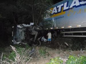 Condutor perdeu o controle do veículo e capotou às margens da estrada.
