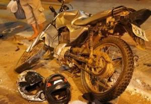Moto colidiu num veículo Gol na esquina das ruas Alencar Soares Vargas e Amaral Franco.