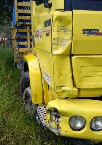 Lateral do caminhão após a colisão.