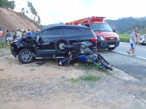 Na conversão do Ecosport, moto pegou na lateral; vítimas foram arremessadas.