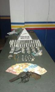 – Mais de R$ 7 mil em drogas foram apreendidos; suspeitos não disseram o nome do forcedor.
