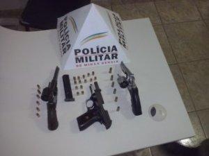 Foram apreendidas três armas, sendo dois revólveres e uma pistola calibre 380.