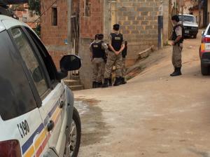 Polícia envolta do veículo abandonado pelos autores; Fiat Uno foi vistoriado para buscar pistas dos indivíduos.
