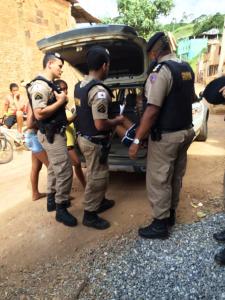Ação conjunta entre PM e PC no bairro Santana para rastrear suspeitos de duas tentativas de assalto.