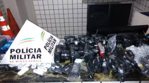 Após derrubar o ar condicionado da cozinha para entrar, autor recolheu uma grande quantidade de produtos eletrônicos.