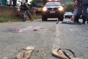 Menino pegava carona na traseira de um caminhão quando caiu; na foto sua bicicleta destruída e o que sobrou de seu chinelo.