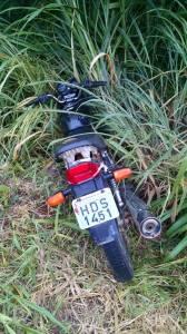 A motocicleta Honda Titan, de cor preta, foi abandonada no meio do mato.