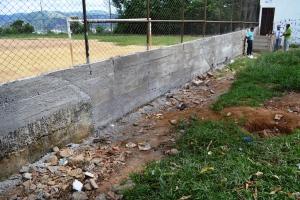Muro que protege o campo do bairro foi todo refeito
