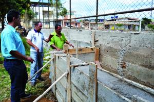 Secretário de Obras junto com presidente da associação de moradores durante obra do muro.