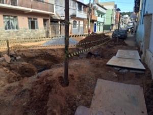 Toda a extensão da Júlio Bueno está interditada para veículos; apenas pedestres tem uma passagem improvisada