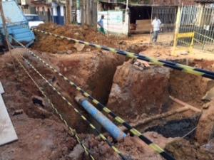 A avenida Júlio Bueno está toda interditada devido a uma grande obra no local; um caminhão desviou a rede pluvial e um vazamento o esgoto foi descoberto.