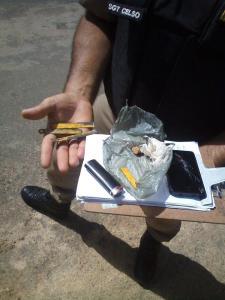 Tablete de maconha, isqueiro e serras estavam no pacote arremessado pelo adolescente.
