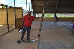 Velho e enferrujado, estrutura do gol, que também é móvel, oferece riscos, sobretudo as crianças que frequentam o local.