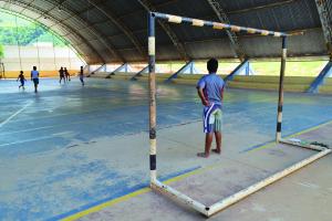 Mesmo em situação decadente; quadra ainda é muito utilizada; na foto crianças aproveitam as férias para a prática de esportes.