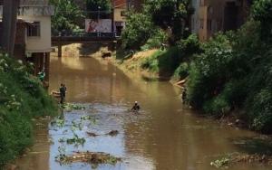Trabalhadores do SAMAL durante limpeza no Rio Manhuaçu: ótimo trabalho realizado até o momento.