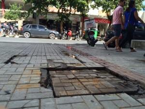 Caixa de esgoto fica localizada bem no meio da calçada.