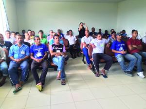 Recuperandos da APAC assistem a palestra sobre marketing pessoal e ingressão no mercado de trabalho.