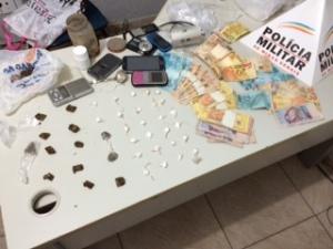 24 papelotes de cocaína, 11 buchas de maconha e mais uma pequena porção da droga foi localizada com casal.