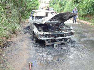– Veículo estava estacionado no local há dois dias; Bombeiros foram chamados com o incêndio.