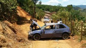 Veículo chocou-se contra uma pedra e capotou.