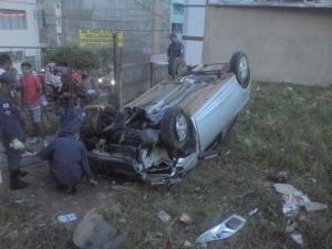 Na descida sem freios, carro acabou capotando e caindo em um lote vago.
