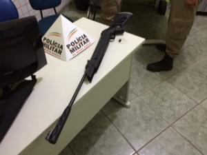 Espingarda foi localizada, juntamente, com outros produtos furtados, após uma denúncia anônima durante o rastreamento em uma outra ocorrência.