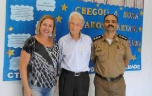 Professor esteve recentemente no Colégio Tiradentes, em Manhuaçu, onde posou com atual diretora.