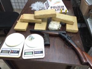 Sete barras de maconha, arma, balança de precisão estão entre os itens apreendidos.