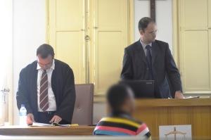 Promotor de justiça, Dr. Renan Cotta, e juiz, Dr. Marco Antônio Silva, aguardam questionamento do júri ao réu