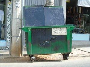 Dinheiro público desperdiçado: fogo diminui a vida útil dos containeres, alguns chegaram a ser  reformados.