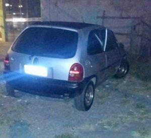 Veículo Corsa foi arrombado próximo a concessionária Nissan; tela de DVD e blusa foram levados, mas recuperadas em seguida.