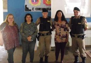 Sargentos Dalva e Ageu com diretora e professora da escola.