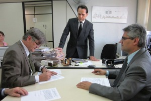 Momento em que o Prefeito Nailton Heringer assinou o acordo de parcelamento dos débitos.