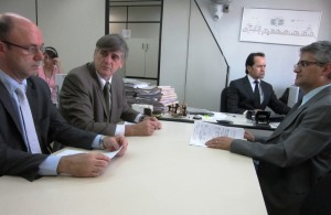 O Prefeito Nailton Heringer, acompanhado do procurador Antônio Carvalho, negociando formas de realizar os pagamentos na Central de Precatórios, do Tribunal de Justiça de Minas Gerais, em Belo Horizonte