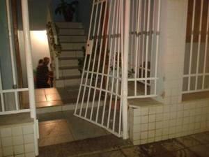Rapaz arromba portão de ex-namorada com veículo - foto capa