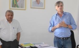 Prefeito Nailton Heringer ao lado do secretário de Administração, João Batista Hott. Reajuste em Manhuaçu supera os de municípios da região