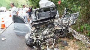 Acidente envolveu veículo da vítima e mais uma carreta; carro ficou completamente destruído.