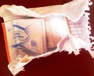 Envelope entregue a aposentado: apenas papel.
