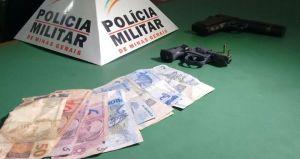Arma e réplica usadas pelos menores. Dinheiro roubado foi recuperado