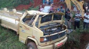 Caminhão taque tomba e motorista morre - foto 1