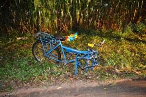 Bicicleta da vítima foi lançada ao acostamento com o impacto do acidente