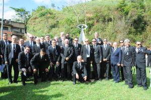 Representantes de cinco lojas maçônicas de Manhuaçu e demais da região durante inauguração do obelisco.