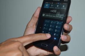 Para identificar o número de IMEI, que possibilita o bloqueio do aparelho, basta digitar *#06# no celular.