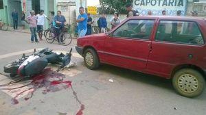 Sangue no asfalto demonstra impacto da batida; motociclista fraturou a perna direita e teve hemorragia interna.