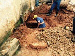 Trabalhador do SAAE durante desobstrução da rede neste sábado.