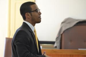Dr. Anízio Gomes de Souza no final da apresentação de sua tese, leu uma passagem bíblica, na qual juiz é condenado a cruz.