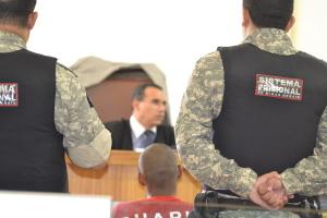 Juiz que presidiu a sessão, Dr. Walteir, colhe o testemunho do réu; algumas contradições são percebidas.